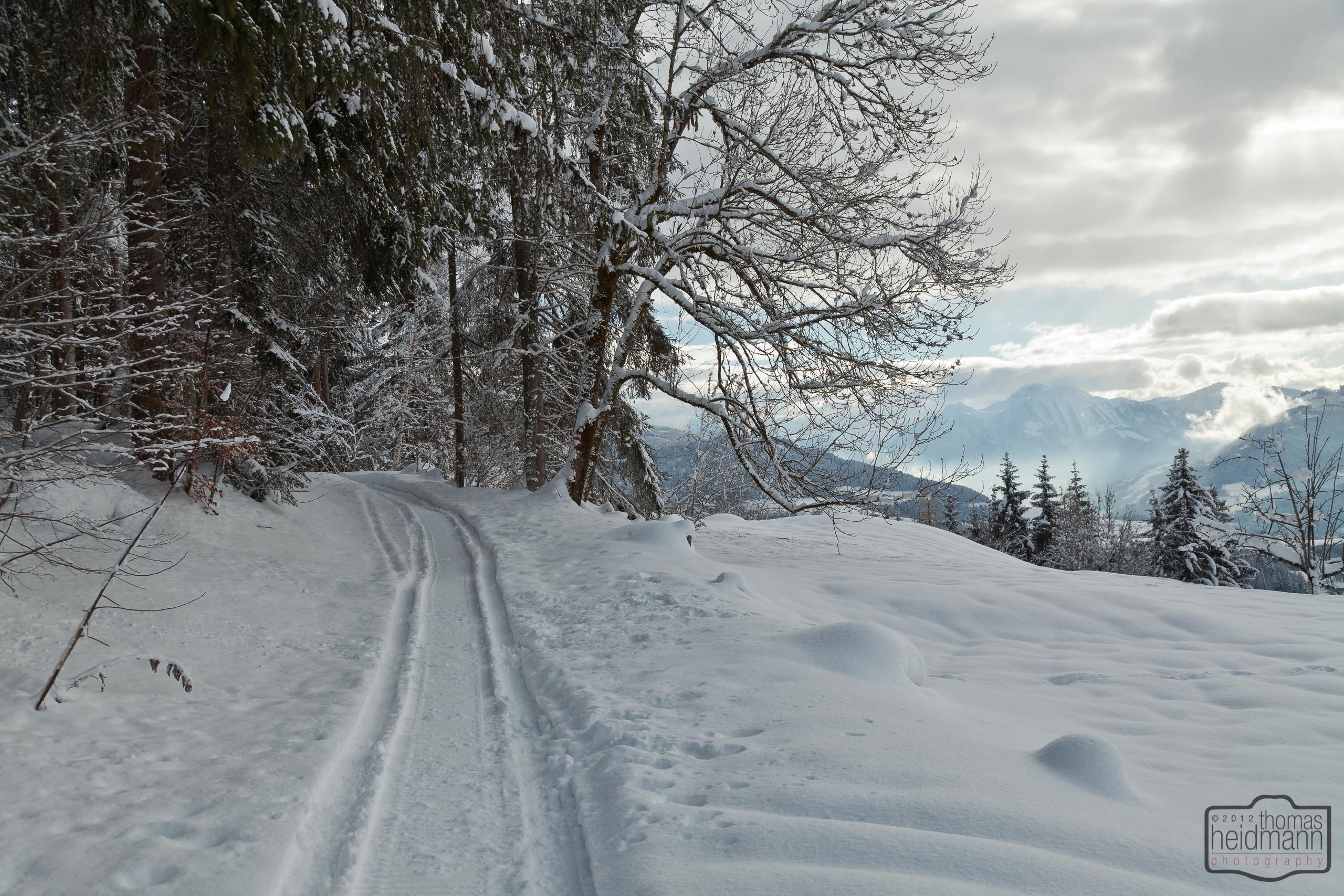 Schmaler Wanderweg durch tiefen Schnee