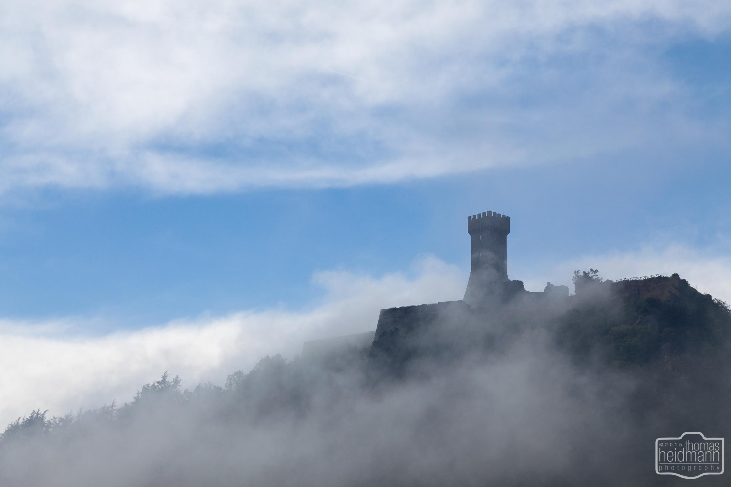 Wehrturm von Radifocani in den Wolken (Süd-Toskana)