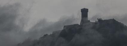 Wehrturm von Radicofani in den Wolken