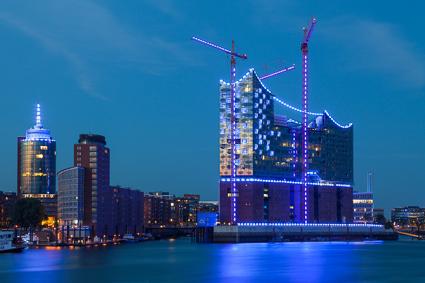 Auch 2012 hat der Lichtkünstler Michael Batz den Hamburger Hafen und einige ausgewählte Gebäude mit seiner Lichtkunst versehen.