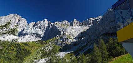 Blick von der Talstation hinauf zum Dachstein.