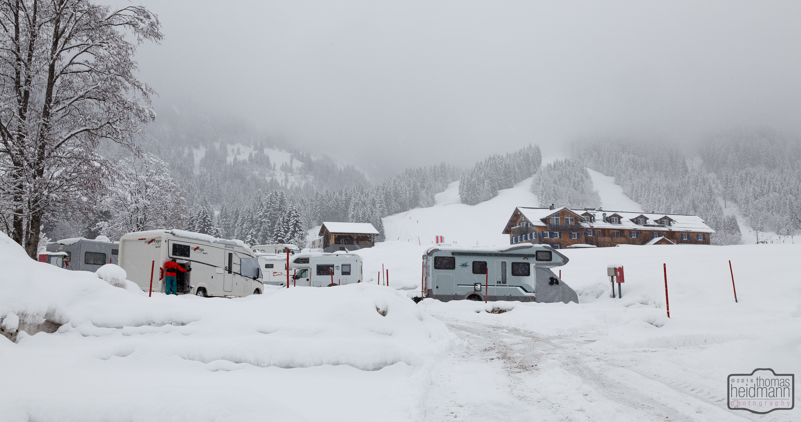 Es schneit auf dem Stellplatz Schwabenhof in Balderschwang