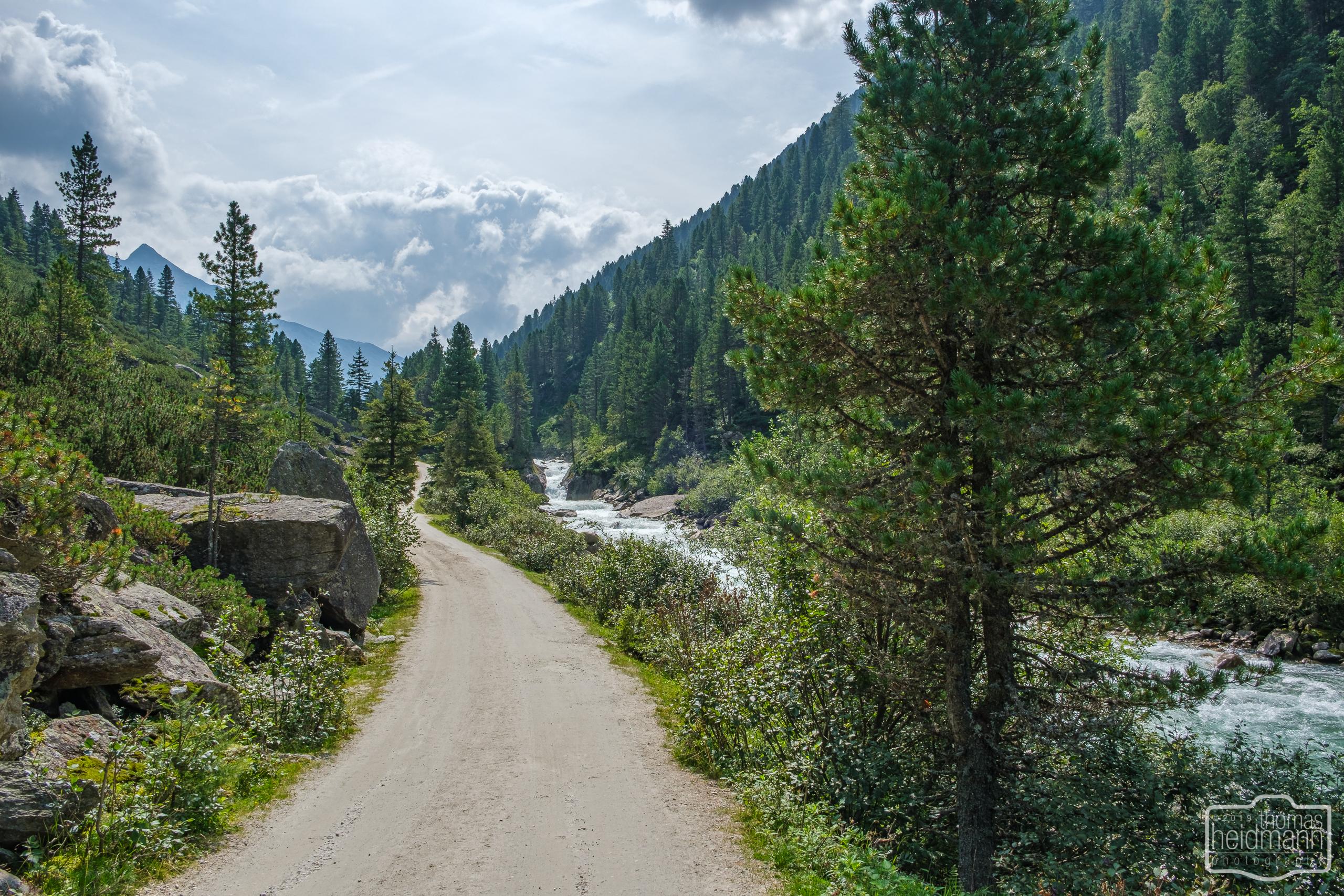 Radtour durchs Krimmler Achental - Der Weg führt am Gebirgsbach entlang