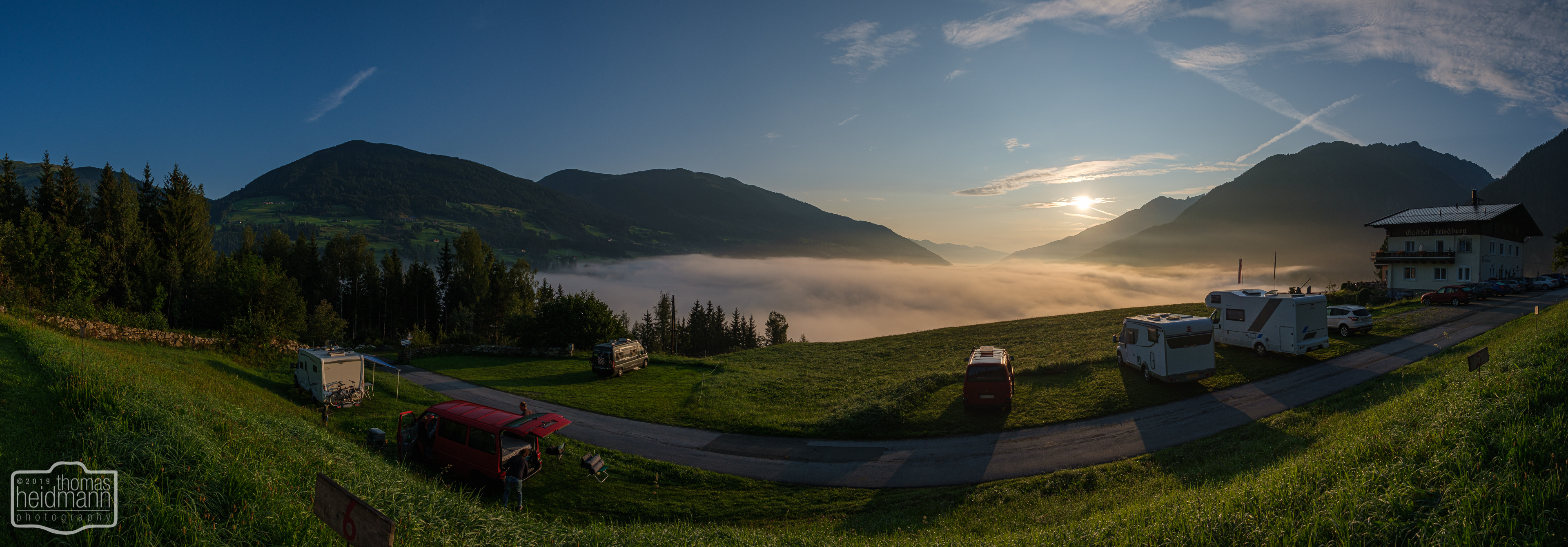 Sonnenaufgang in Friedburg und das Tal liegt noch unter den Wolken