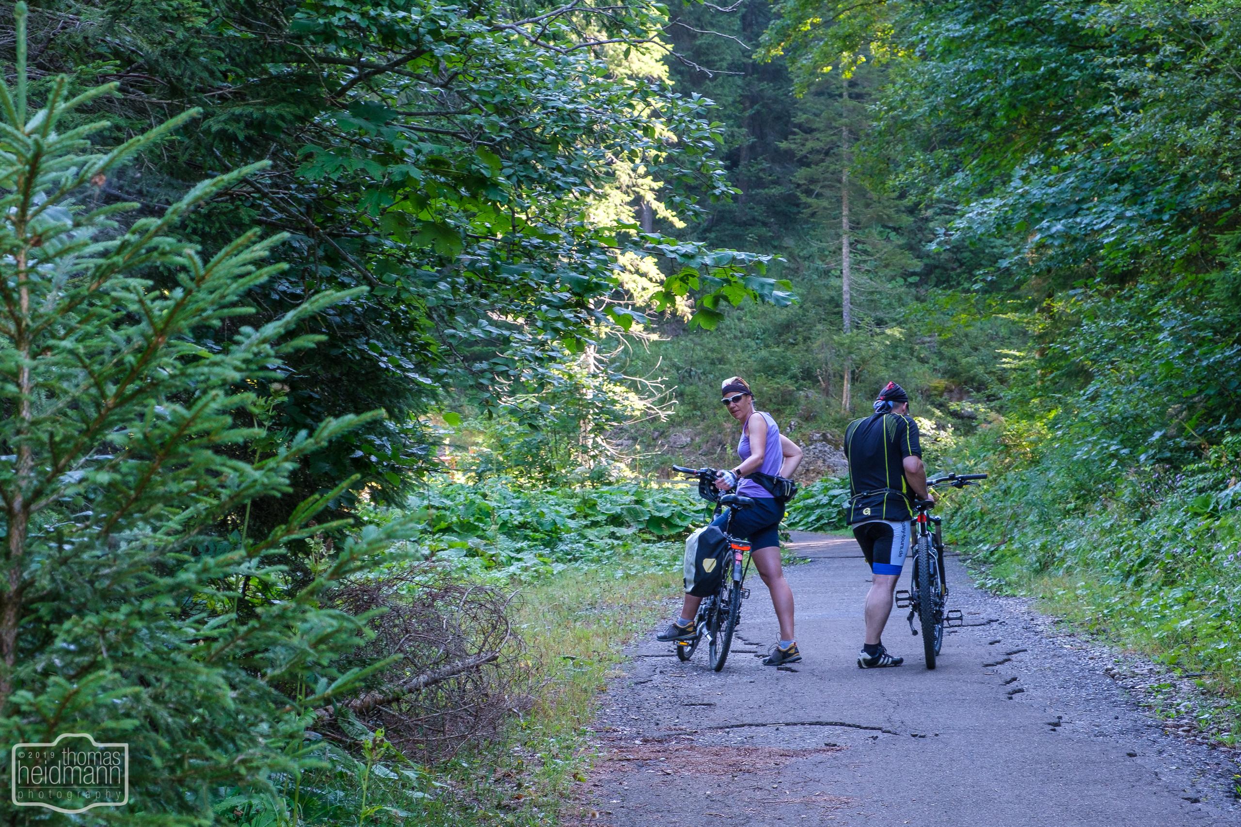 Radtour in Oberstaufen - Xenia und Robert machen Pause vom Anstieg