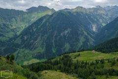 Wanderung zur Hirschgrubenalm und Modereggalm - Blick ins Tal und zur Modereggalm